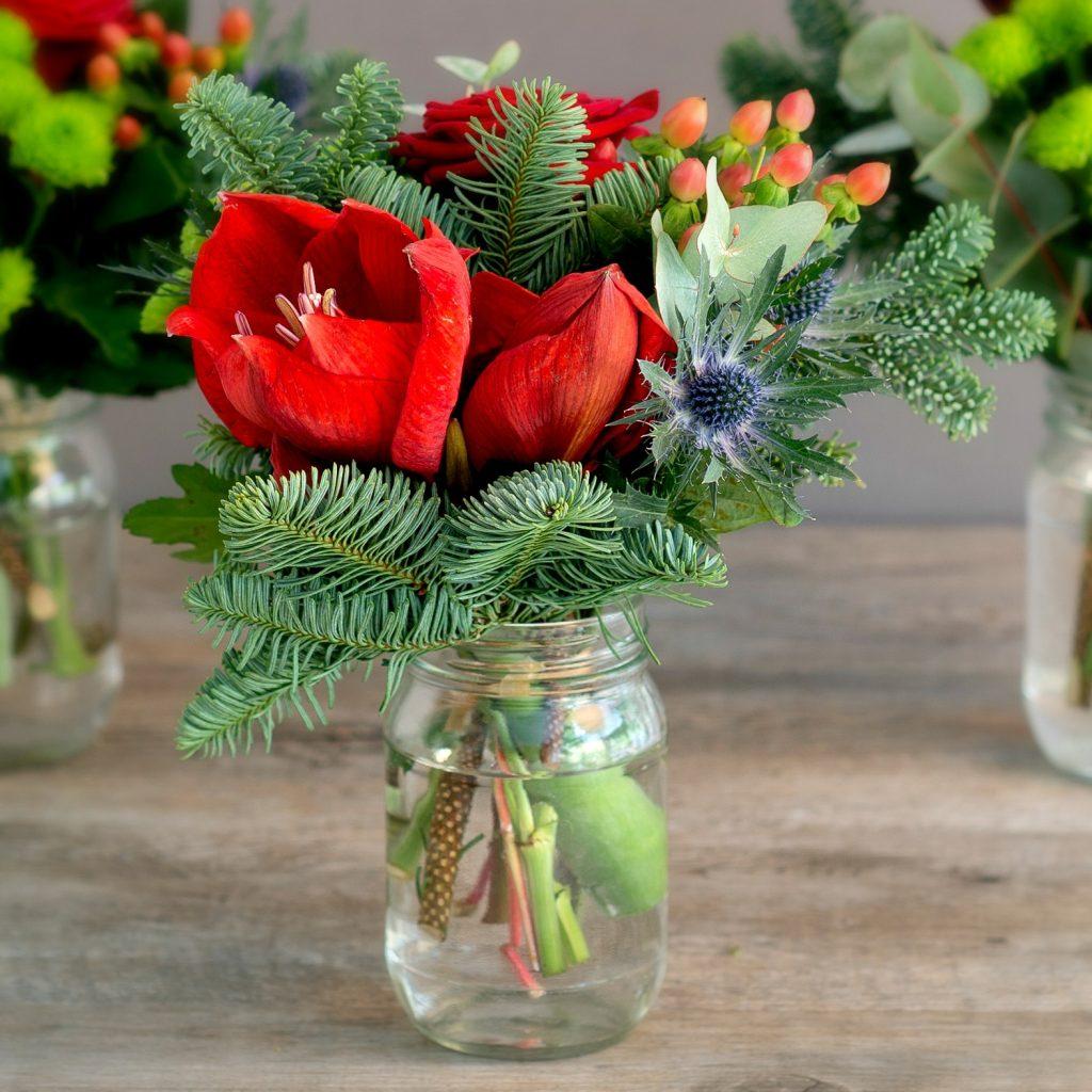 Украшение елового букета цветами