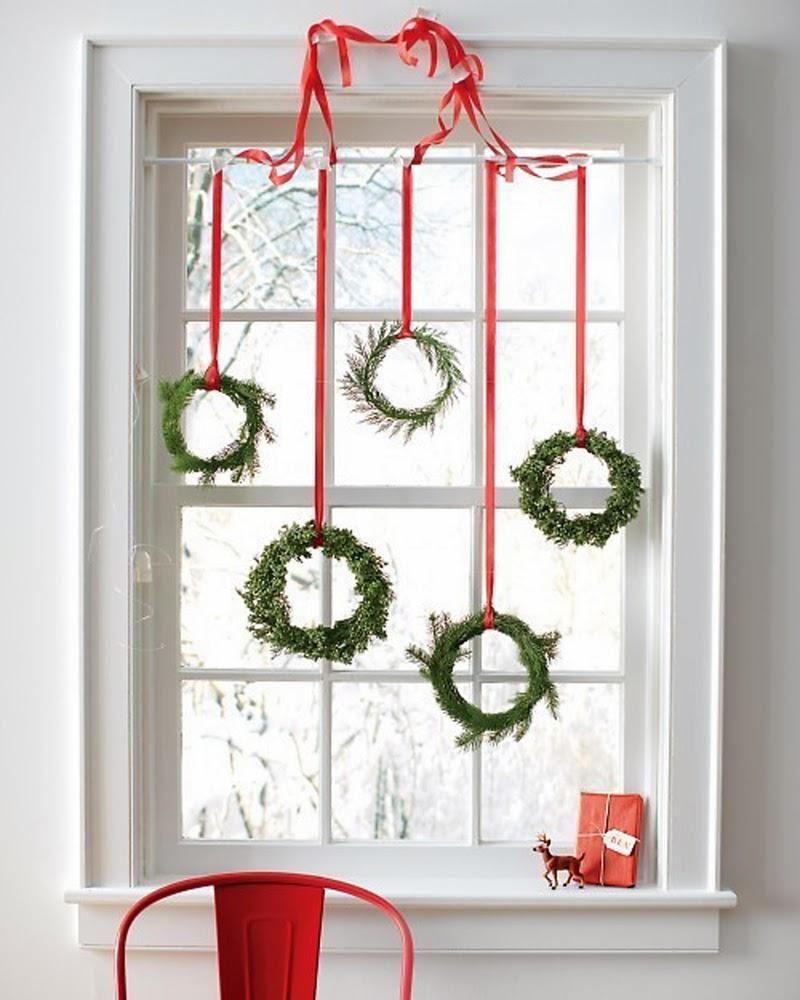 Украшение новогоднего окна венками