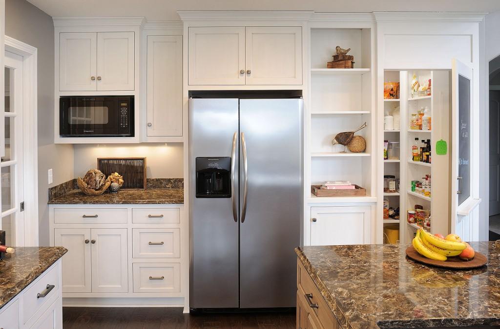 Холодильник в нише гарнитура