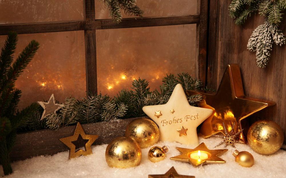 Украшение окон золотыми игрушками и натуральными украшениями