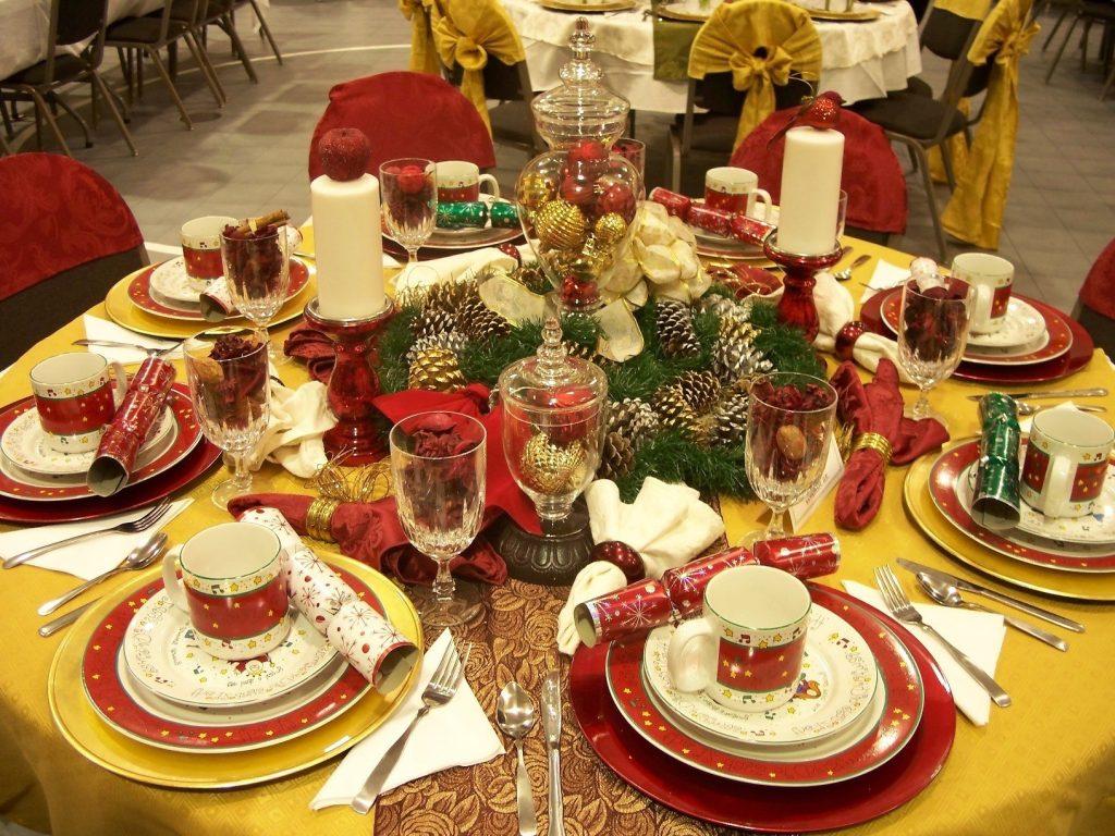 Новогодний стол в золотом и красном цвете