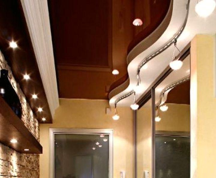 Контрастное углубление на потолке в прихожей