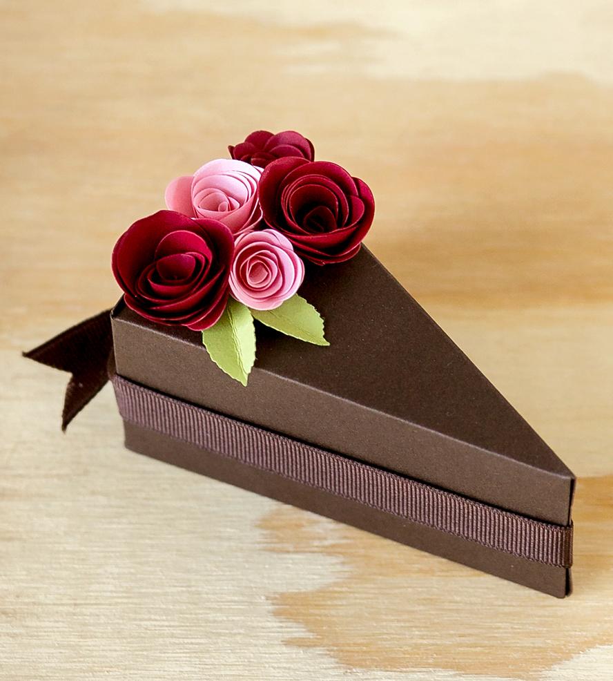 Украшение торта бумажными цветами и лентами