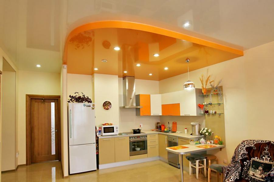 Пересечение ярких акцентов мебели и потолка на кухне