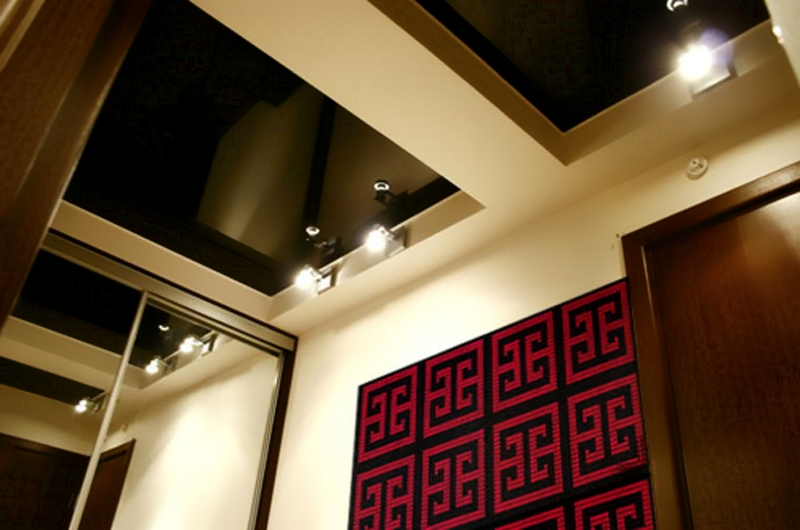 Темный натяжной потолок со светлой формой гипсокартона
