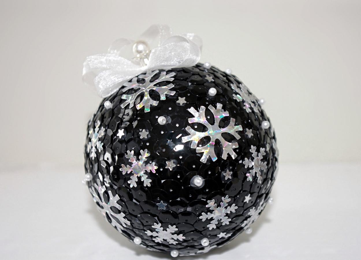 Как можно украсить новогодний шарик своими руками