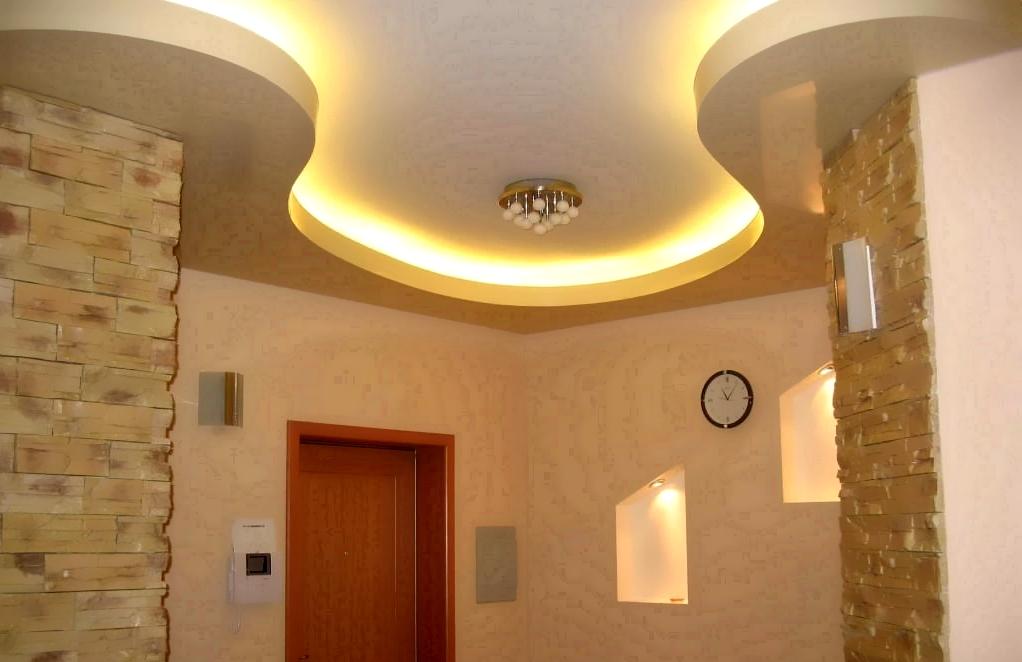 Натяжной потолок с плавными формами из гипсокартона в коридоре