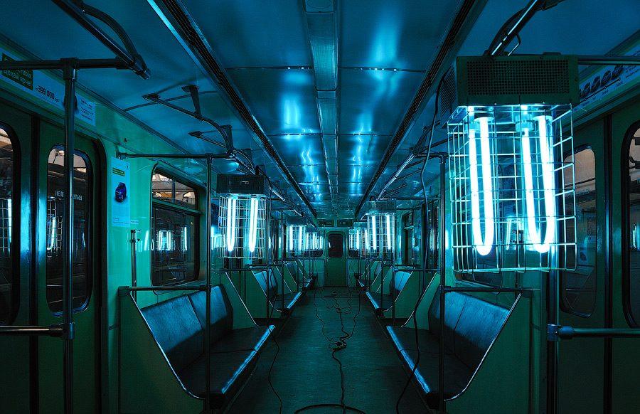 Установка кварцевой лампы в вагоне метро