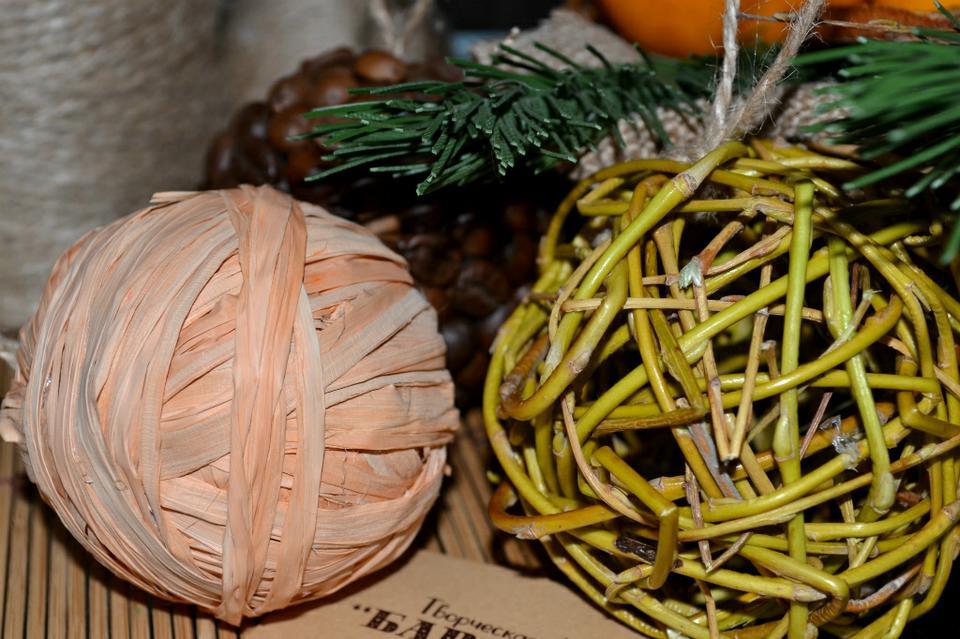 Украшение елочных шаров из рафии и веточек
