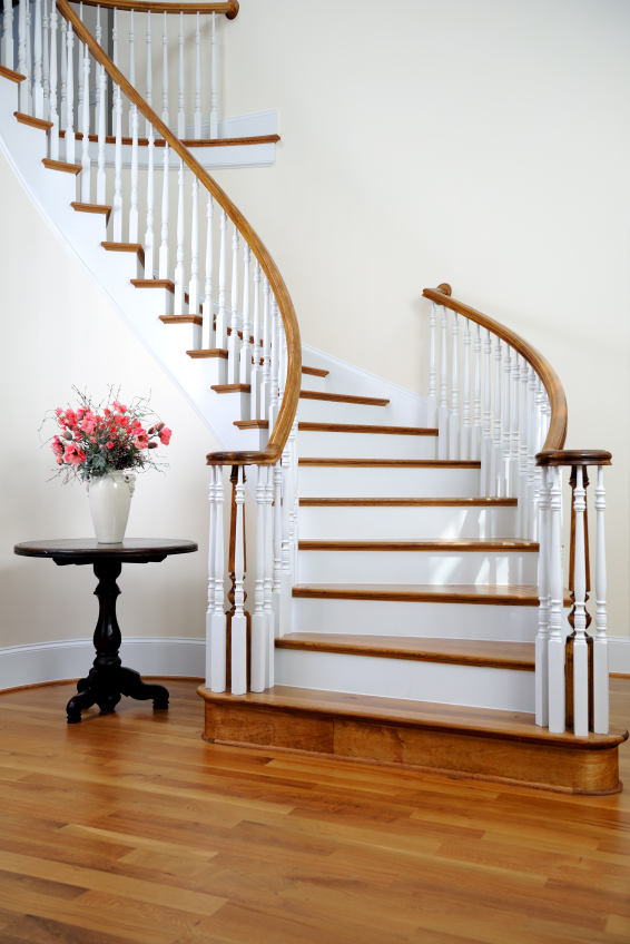 Белая лестница на второй этаж в частном доме