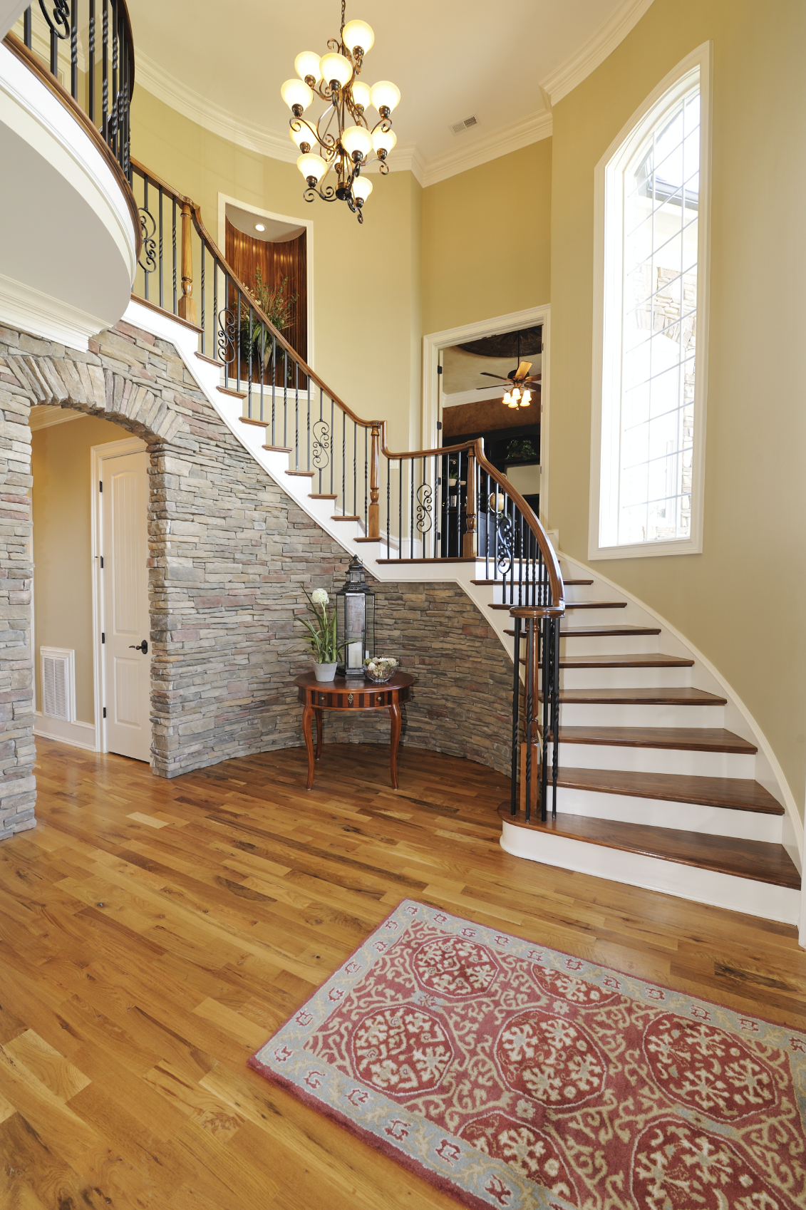 Каменная лестница на второй этаж