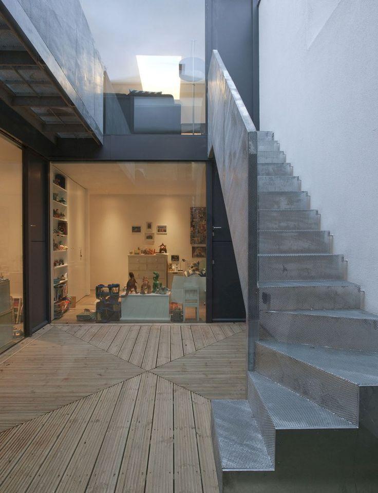 Серая лестница на второй этаж