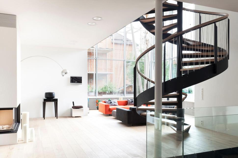 Современная европейская лестница на второй этаж