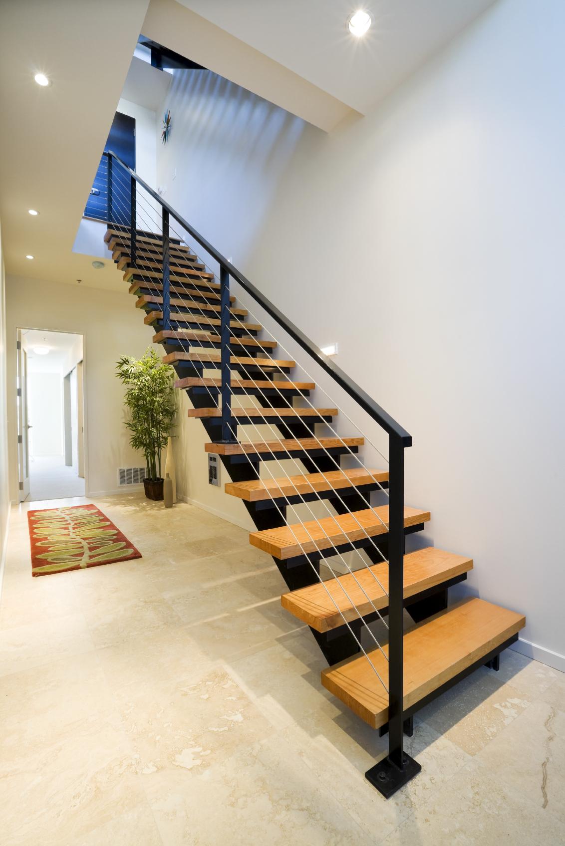 Современная лестница из дерева и металла