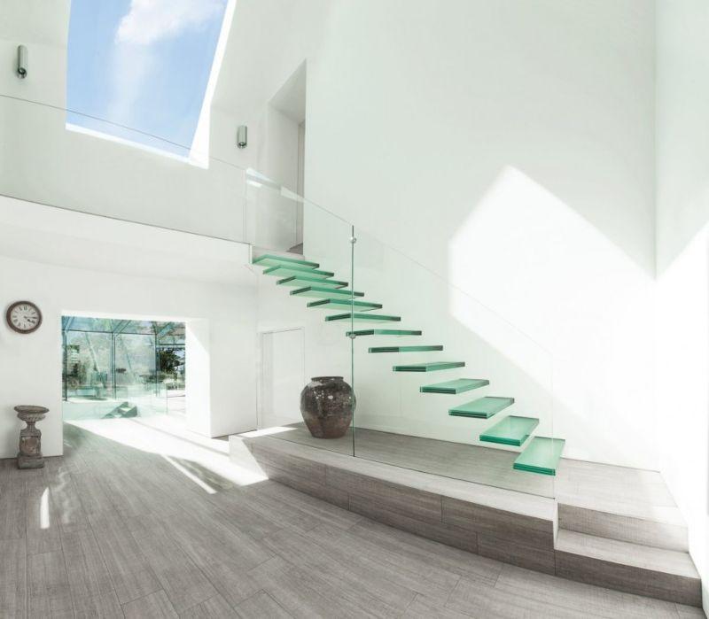 Стеклянная лестница на второй этаж