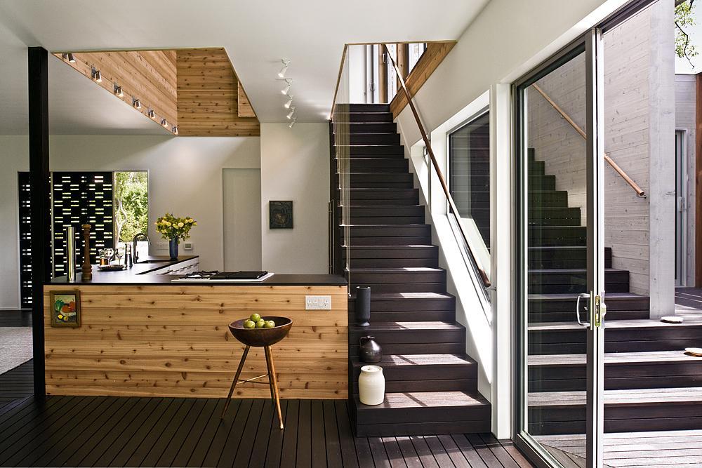 Темная лестница на второй этаж в частном доме