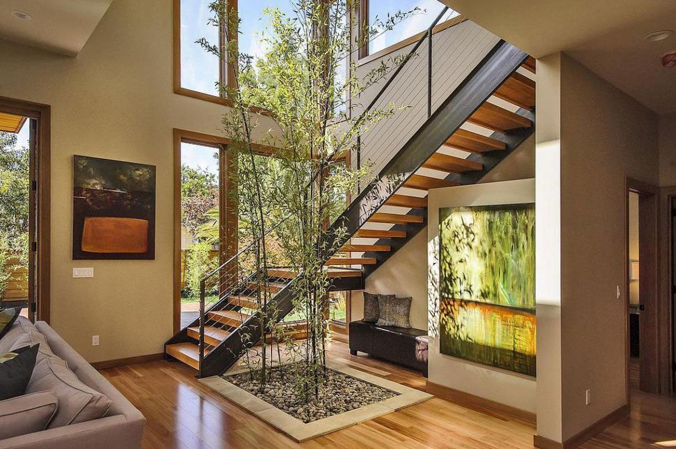 Фантастическая лестница на второй этаж в частном доме