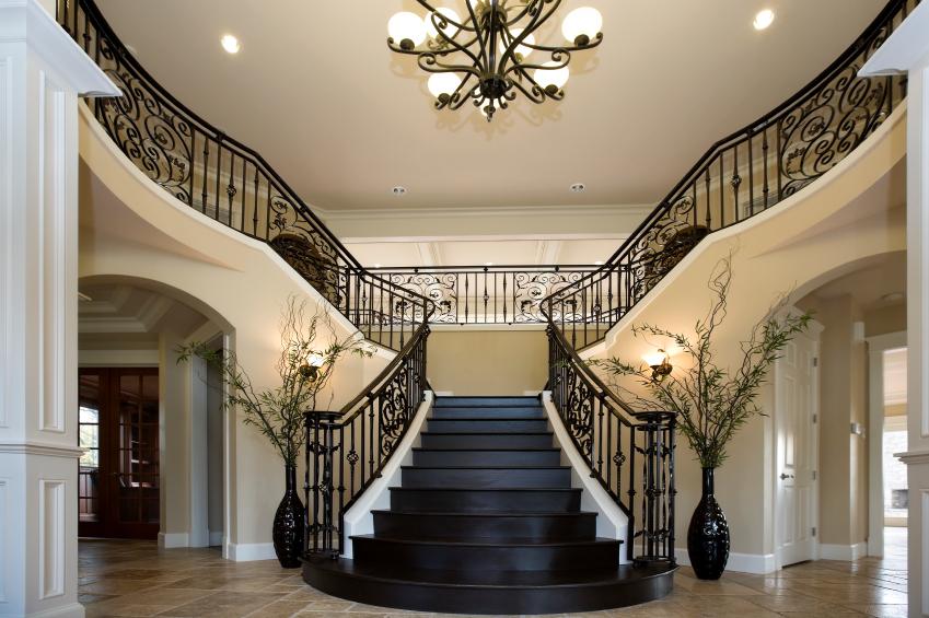 Черная лестница на второй этаж в частном доме