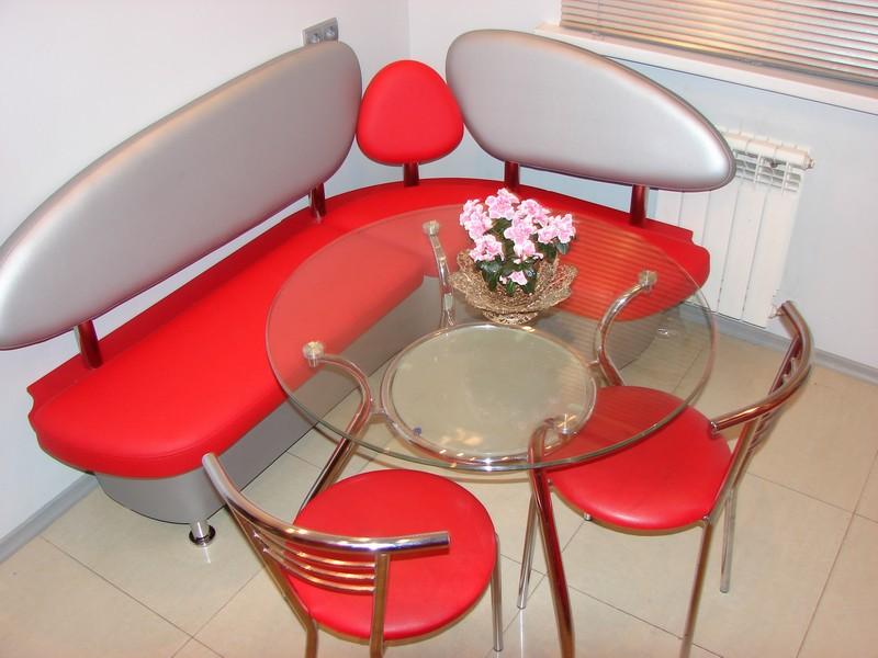Красный оттенок столов в моде