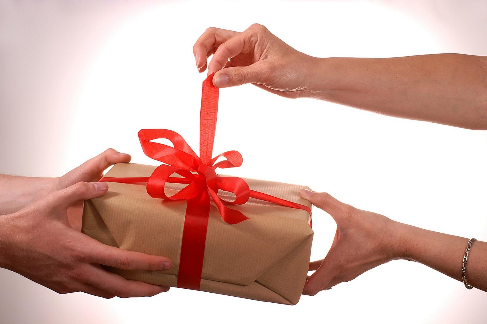 Как дарит подарок парню