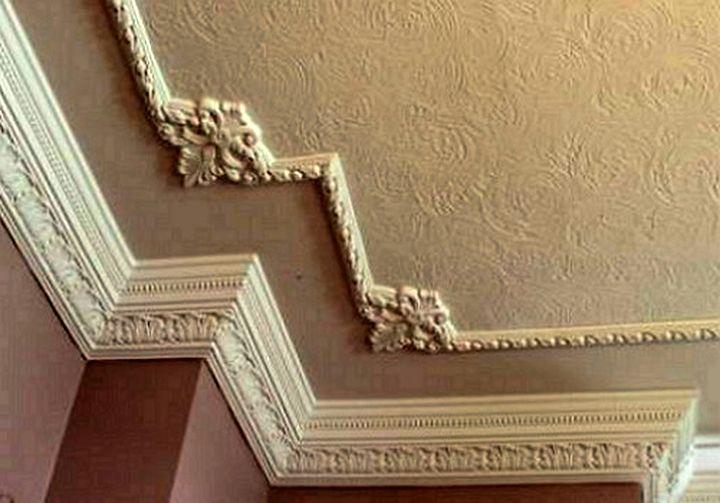 Широкий потолочный плинтус для высоких потолков