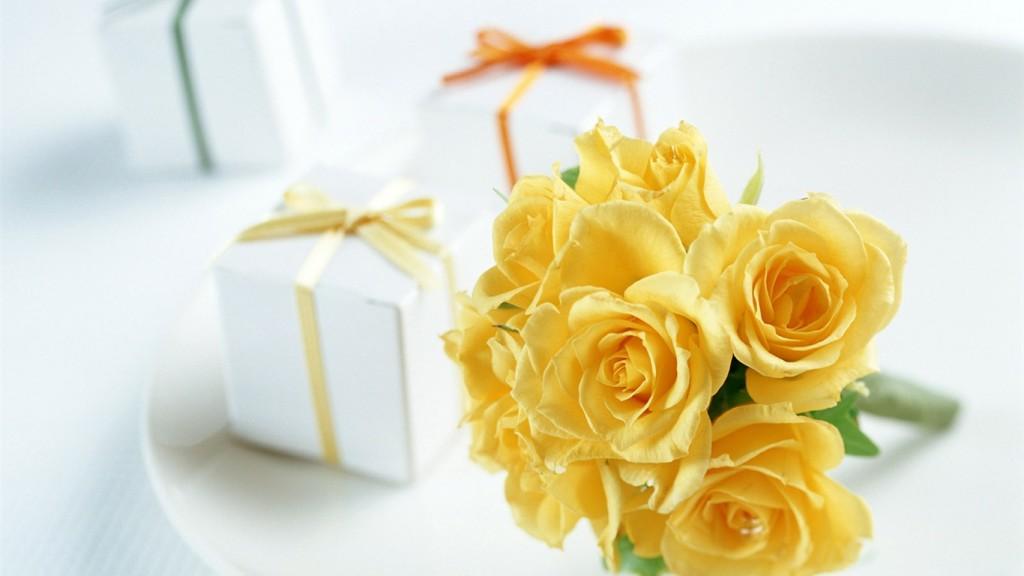 Цветы с подарком