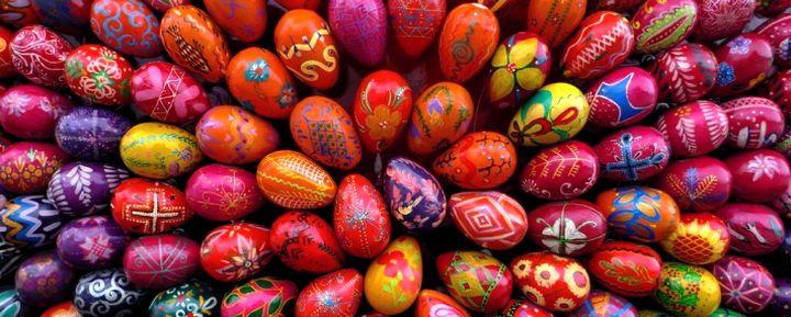 Яркие окрашеные яйца