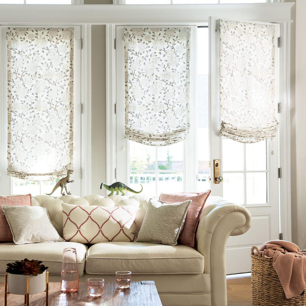 Римские шторы в гостиной для окон и дверей