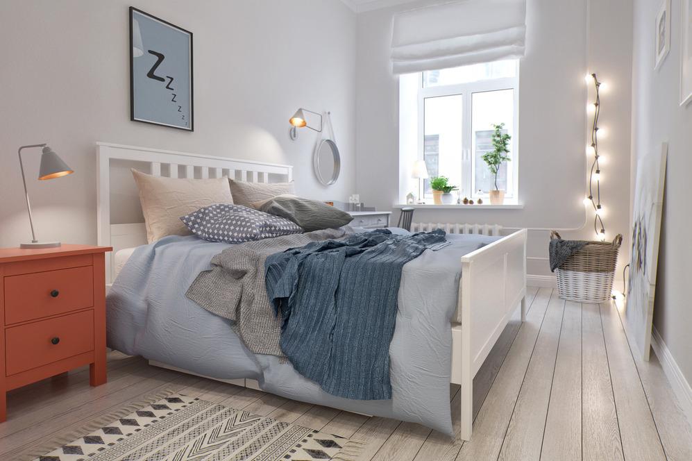 Белая кровать с цветным покрывалом