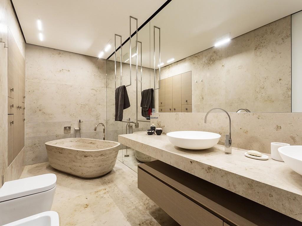 Большая плитка в ванной под камень
