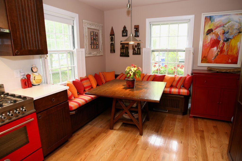 Мягкие угловой диванчик на кухне