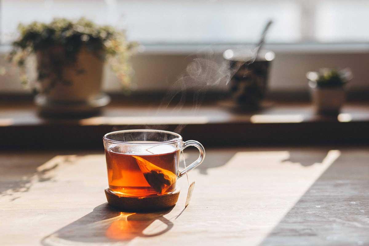 Горячий чай на столе