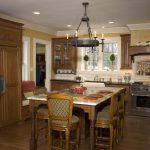Фото 56: Каменная столешница на деревянной кухне