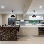 Фото 57: Каменная столешница в современной кухне