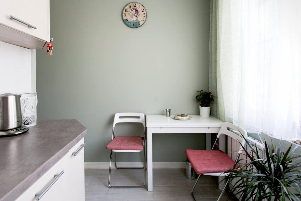 Квадратный стол на кухне
