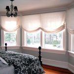 Фото 37: Льняные римские шторы в спальне