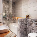 Фото 68: Монохромная плитка пэчворк в ванной