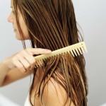 Фото 13: Нанесение масла розмарина на волосы