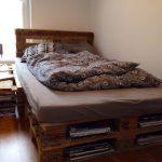 Фото 49: Кровать из паллет с полочками