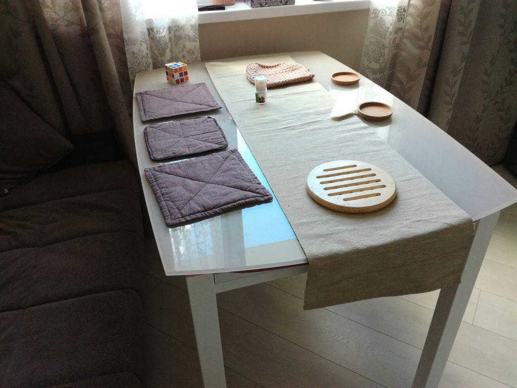 Стеклянный стол и подставки под горячее