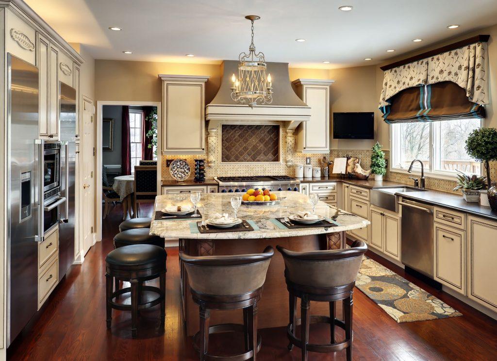 Островное расположение стола на кухне