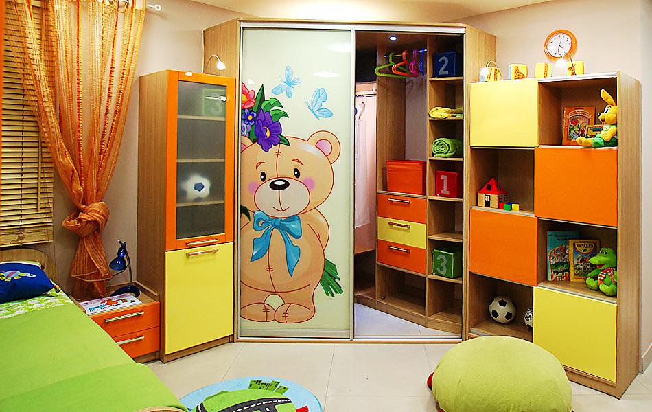 Угловой шкаф-купе в детской с рисунком