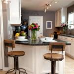 Фото 17: Интерьер кухни с маленькой барной стойкой