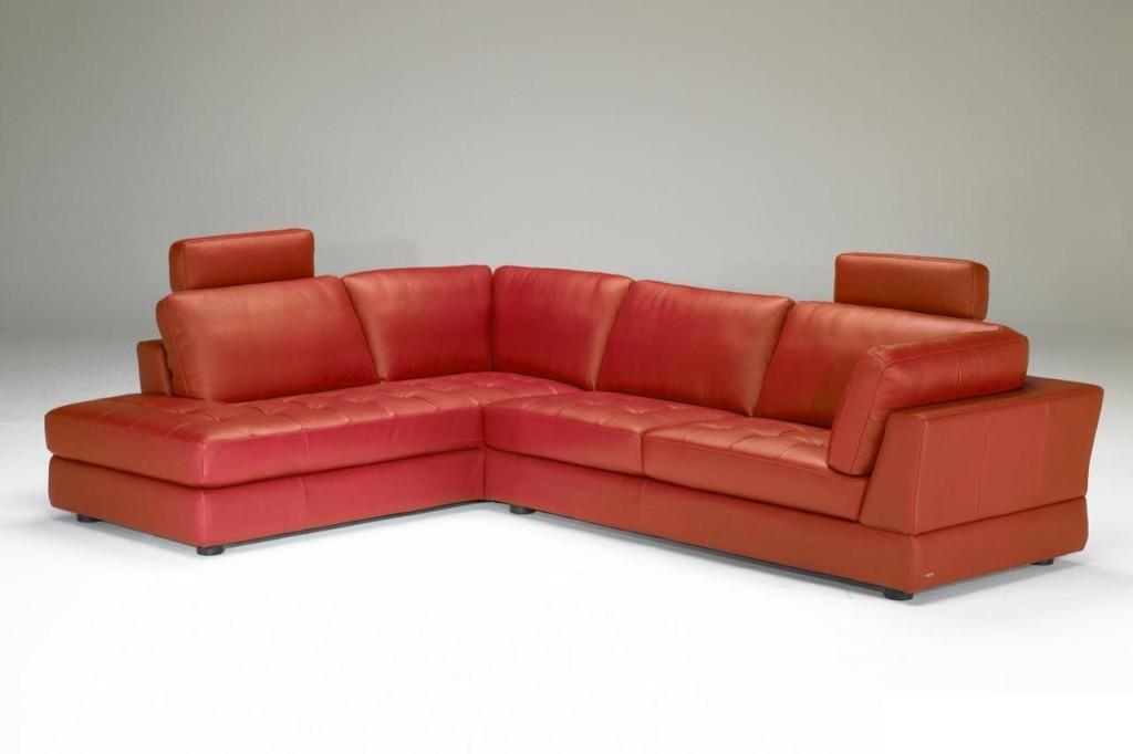 Красный диван из кожи