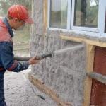 Фото 3: Напыление эковаты на стену дома