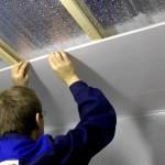 Фото 25: Процесс установки в ванной пластикового потолка