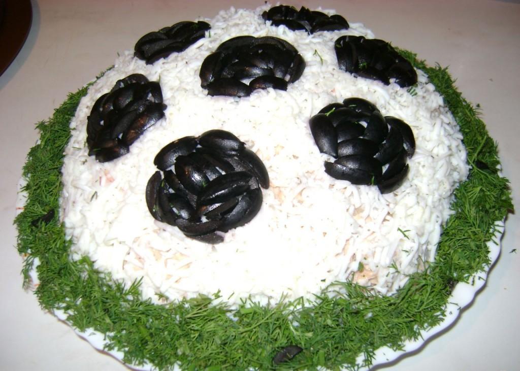 Салат в виде футбольного мяча