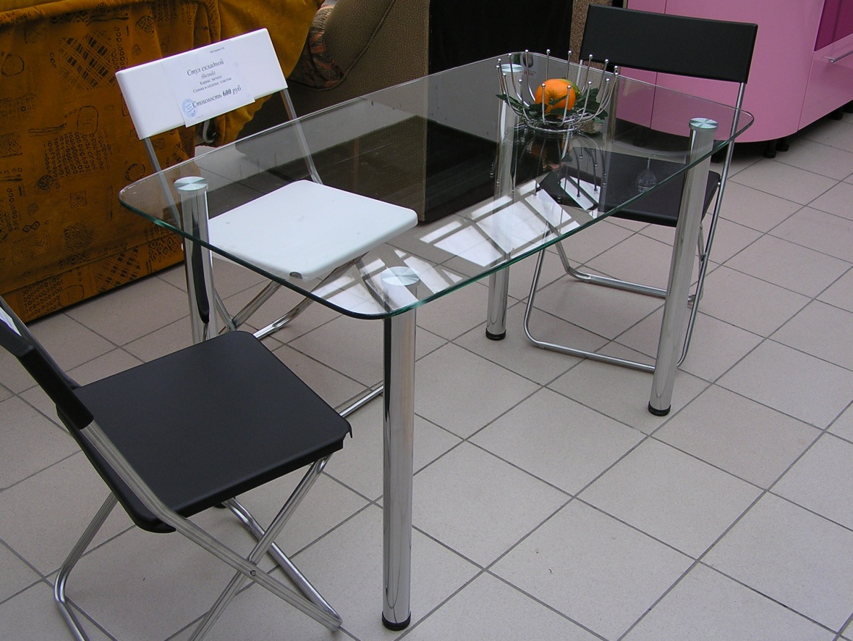 Стеклянные столы.