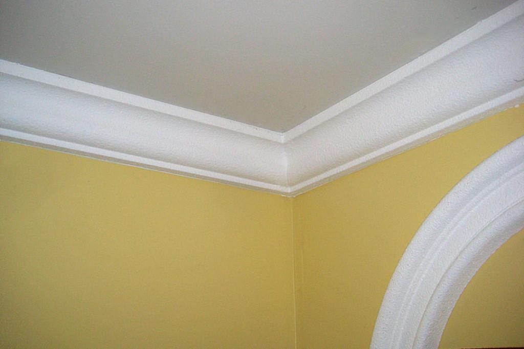 Удобный потолочный плинтус