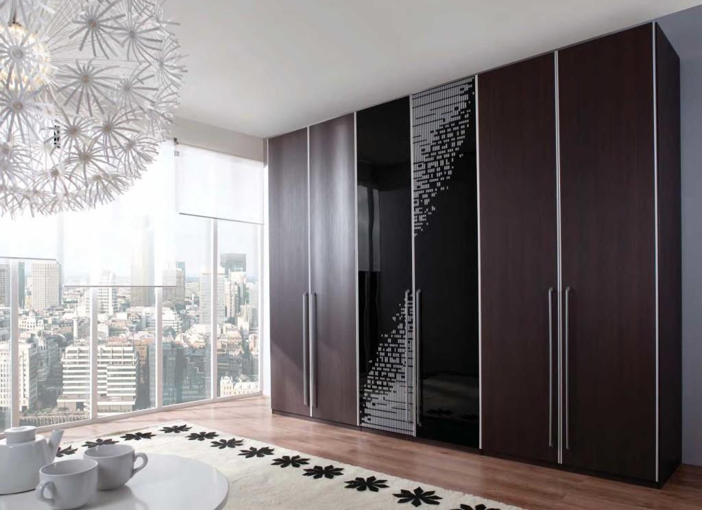 Шкаф-купе в интерьере комнаты